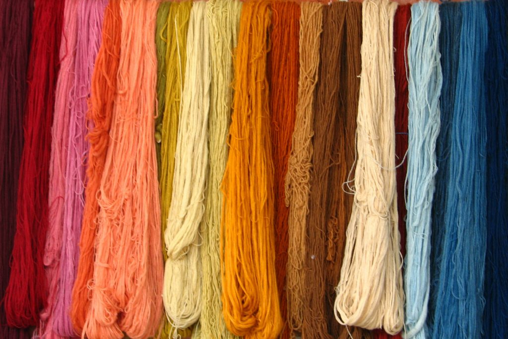 tingere fibre naturalmente lana colorata