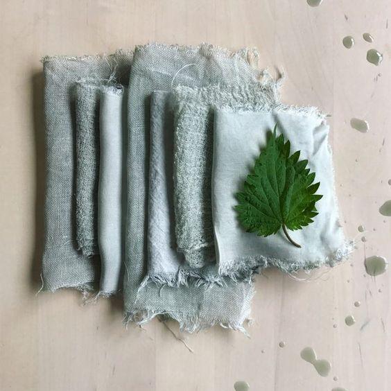 tingere tessuti di verde con erbe e foglie