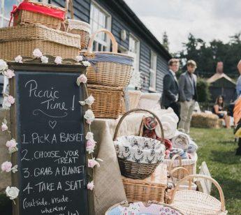 Cestini di vimini da picnic per un pranzo di matrimonio alternativo.