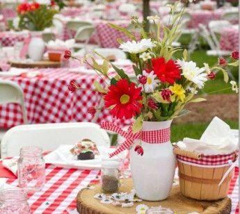 Organizzare un pranzo in giardino per un'occasione speciale.