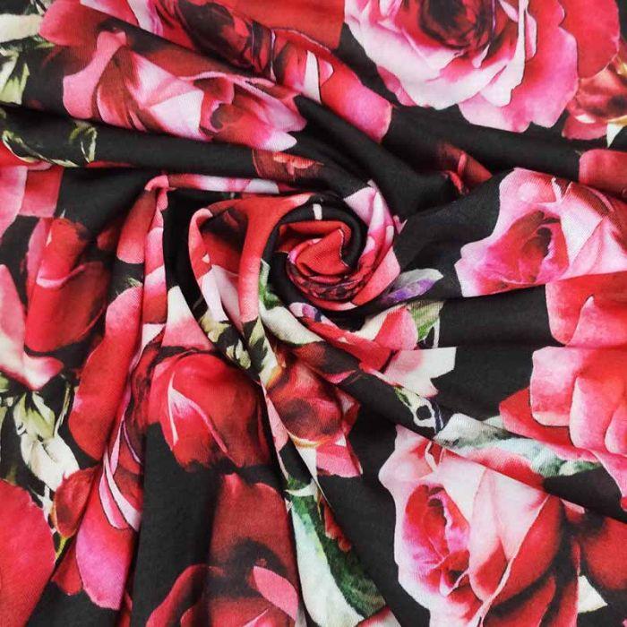 tessuto maglina con rose rosse e fondo nero