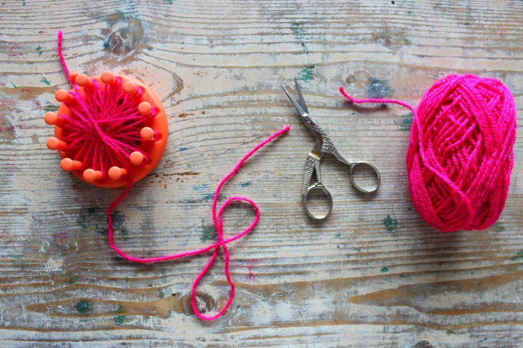 accessori fai da te fiori di lana crochet telaio