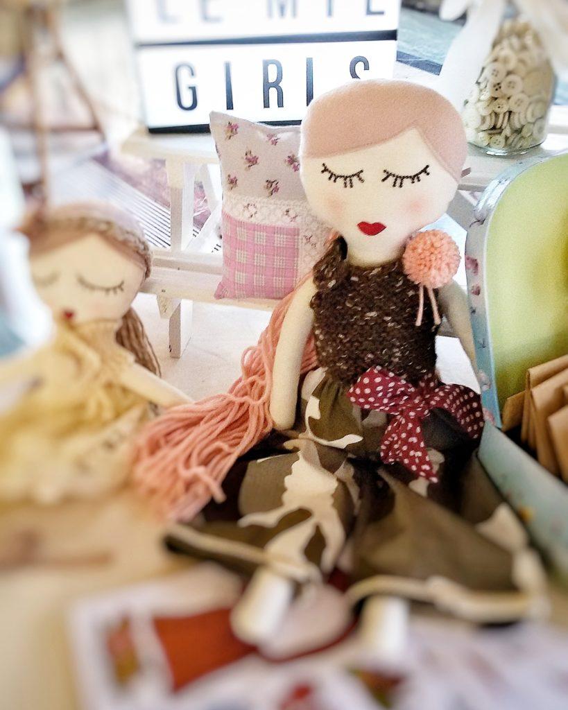 bambola in tessuto cucita a mano