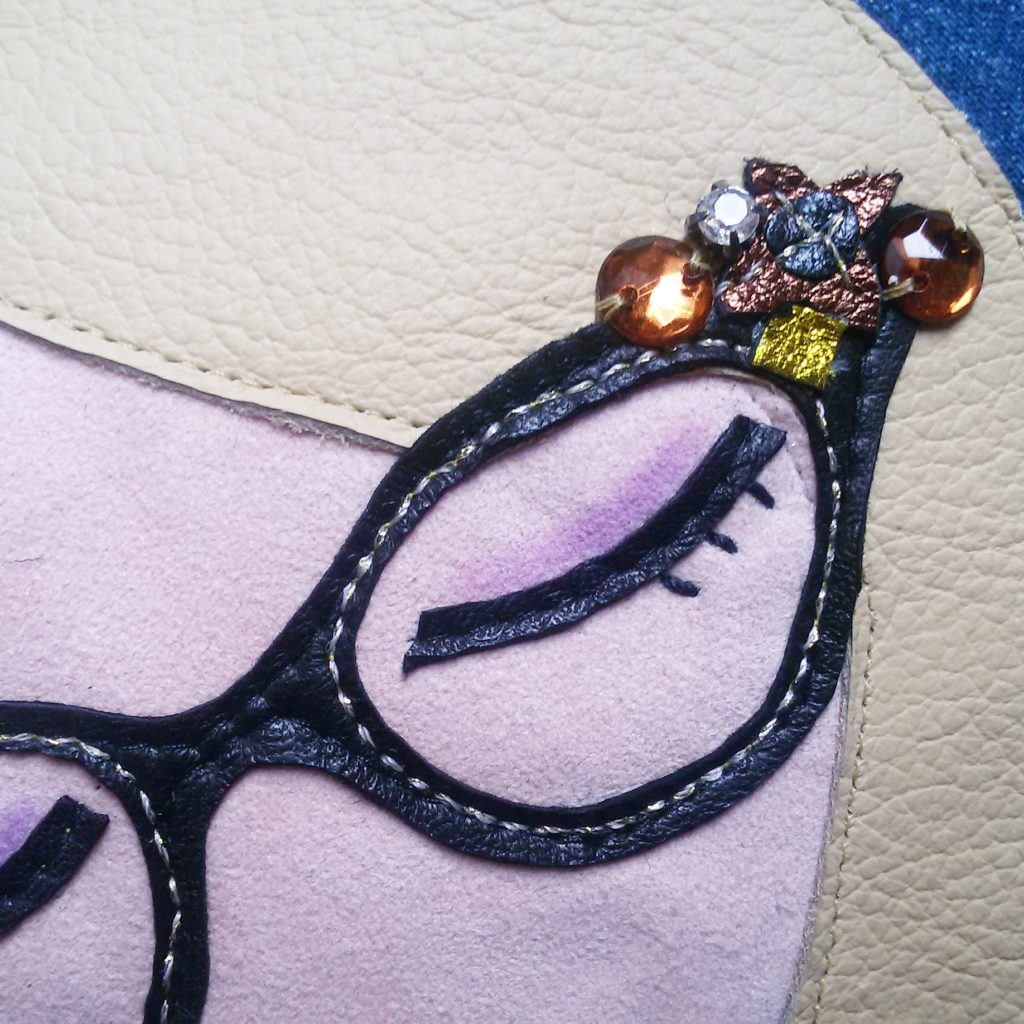dettaglio decorazione borsello fatto a mano tessuto ecopelle