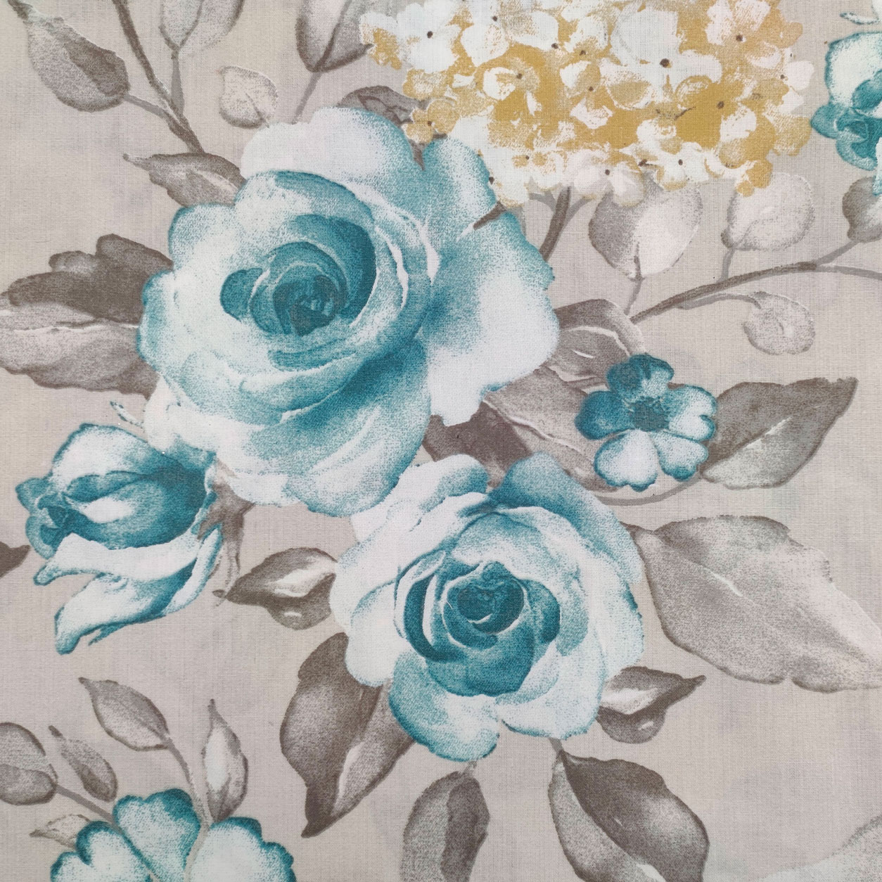 Tessuto di Cotone Fantasia di Rose e Ortensie Grigio